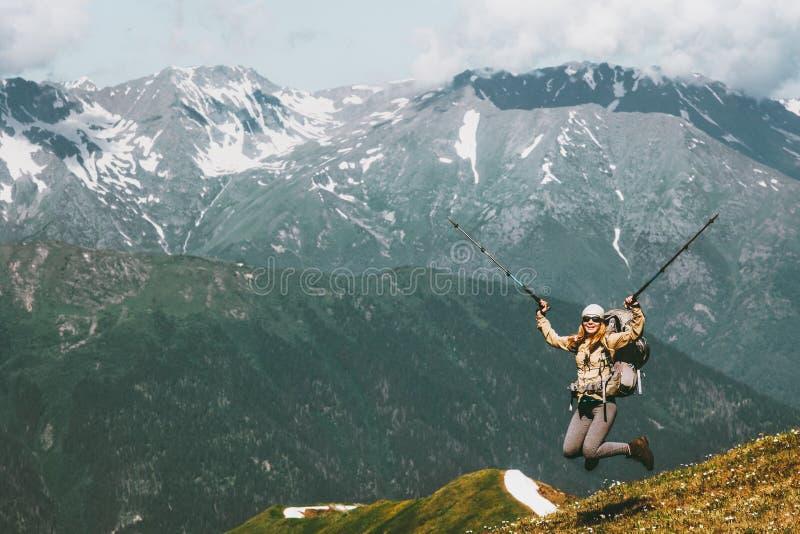 Glückliche Reise Frau, die herauf angehobene Hände springt stockfotografie