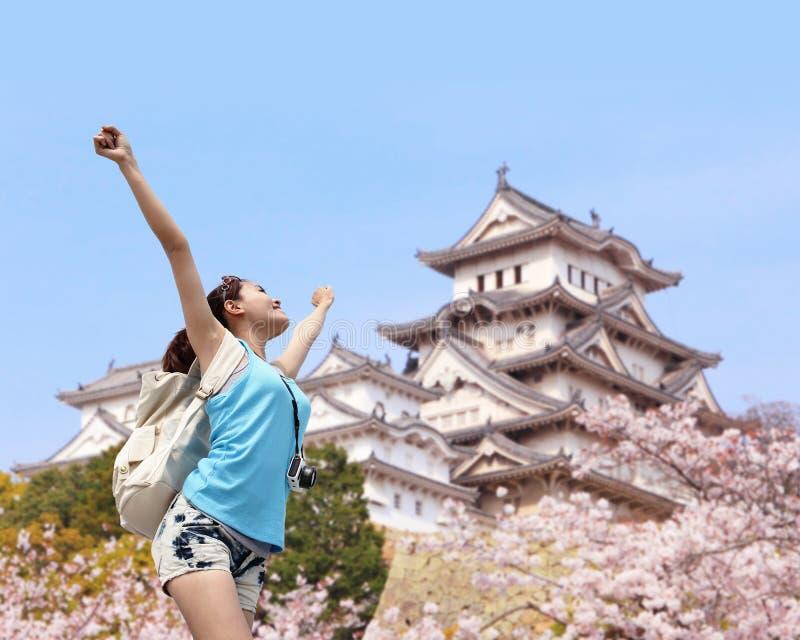 Glückliche Reisefrau mit Kirschblüte-Baum lizenzfreies stockfoto