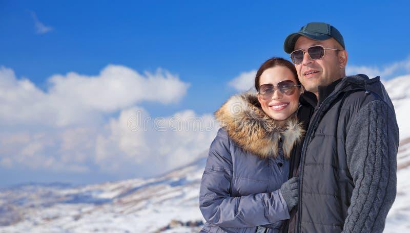 Glückliche Reisende in den schneebedeckten Bergen stockbilder