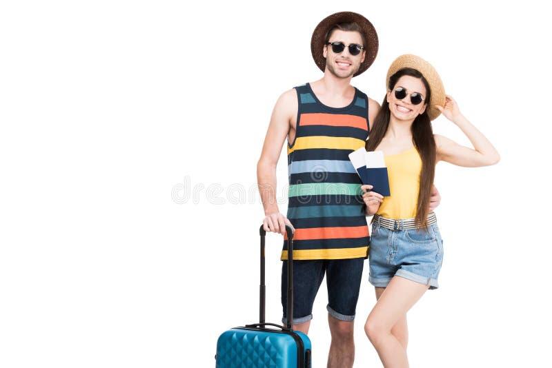 glückliche Reisende mit Pässen, Flugtickets und Gepäck, lizenzfreies stockfoto