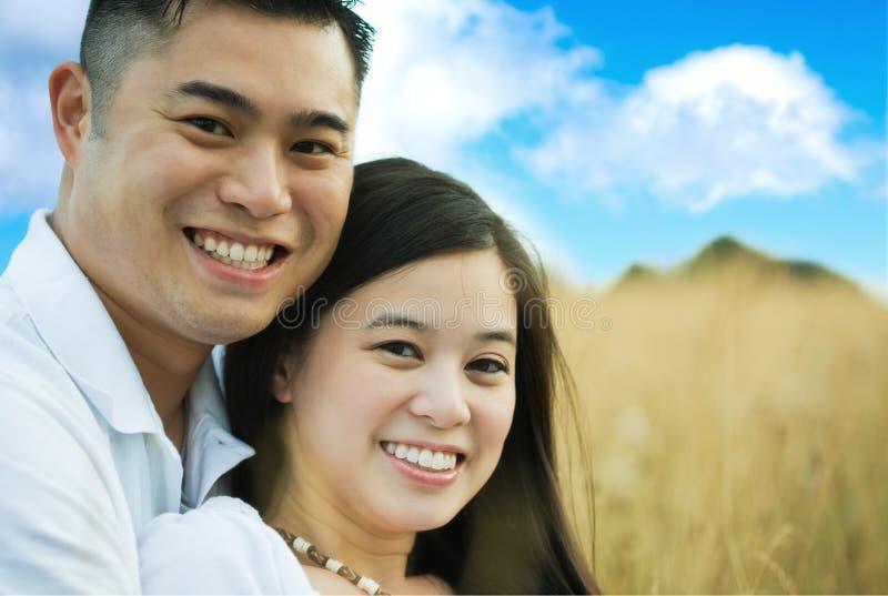 Glückliche romantische asiatische Paare stockfotografie