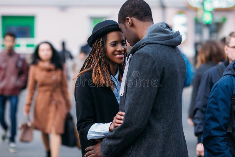 Glückliche romantische Paare Froher Afroamerikaner lizenzfreies stockfoto