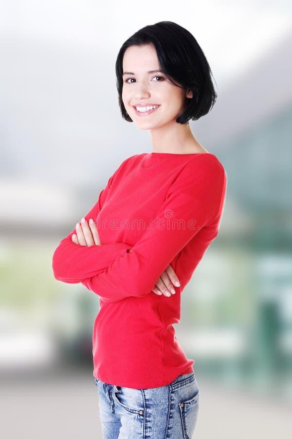 Glückliche schöne Frau in der beiläufigen Kleidung stockbild