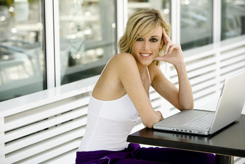 Glückliche schöne Frau mit Laptop-Computer lizenzfreies stockfoto