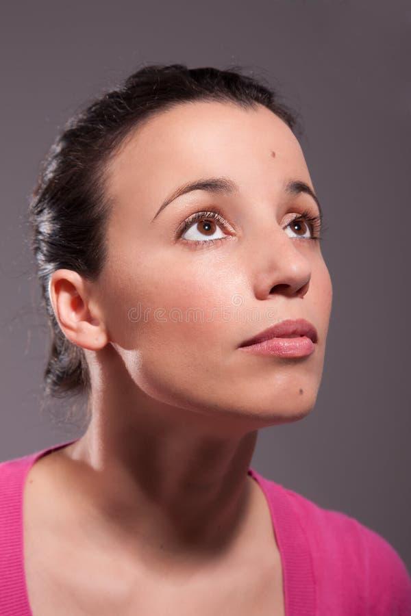 Glückliche schöne Frau, oben schauend lizenzfreie stockbilder