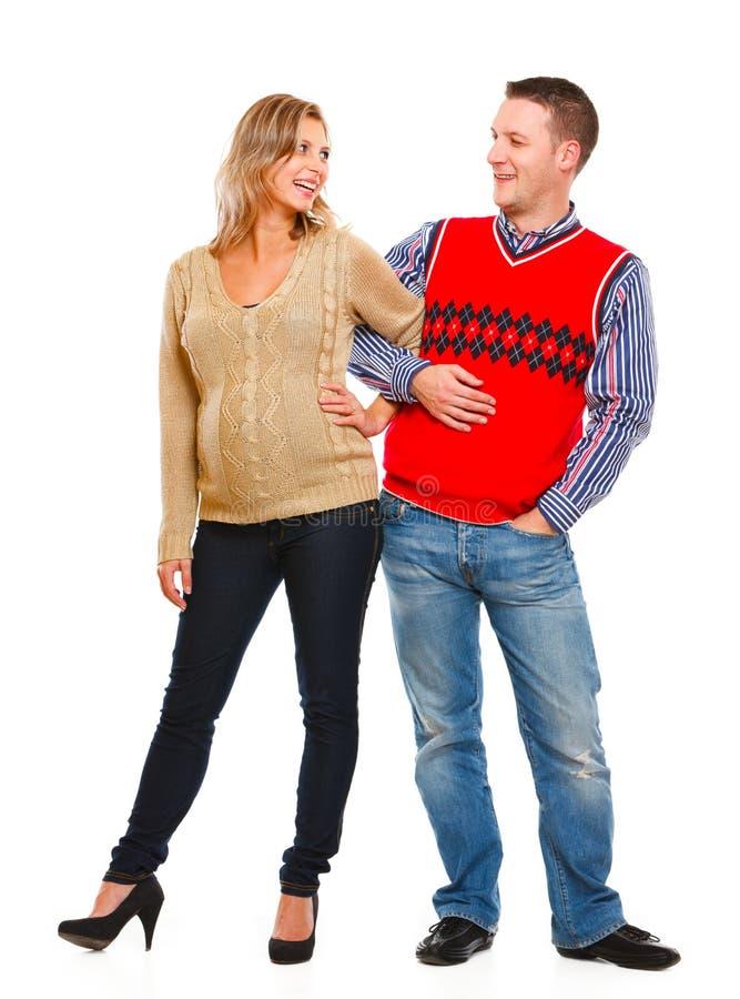 Glückliche schöne schwangere Frau mit Ehemann lizenzfreie stockfotos
