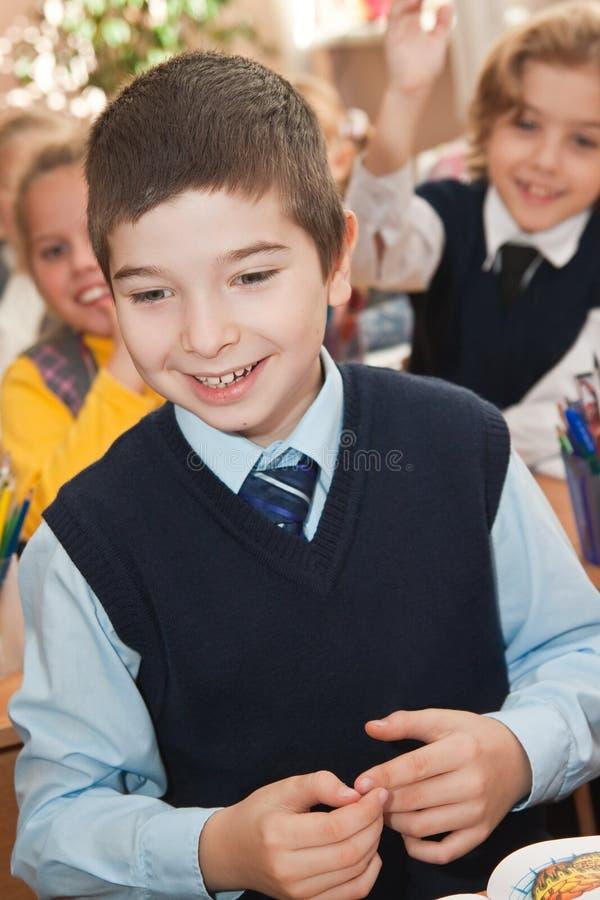 Glückliche Schüler im Klassenzimmer lizenzfreie stockbilder