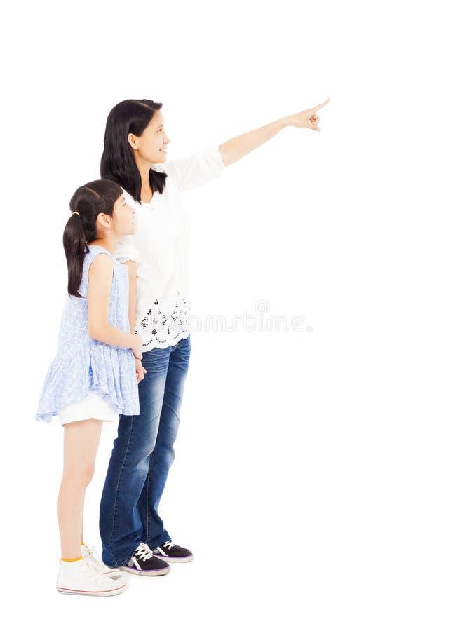 Glückliche schauende und zeigende Mutter und Tochter stockbilder