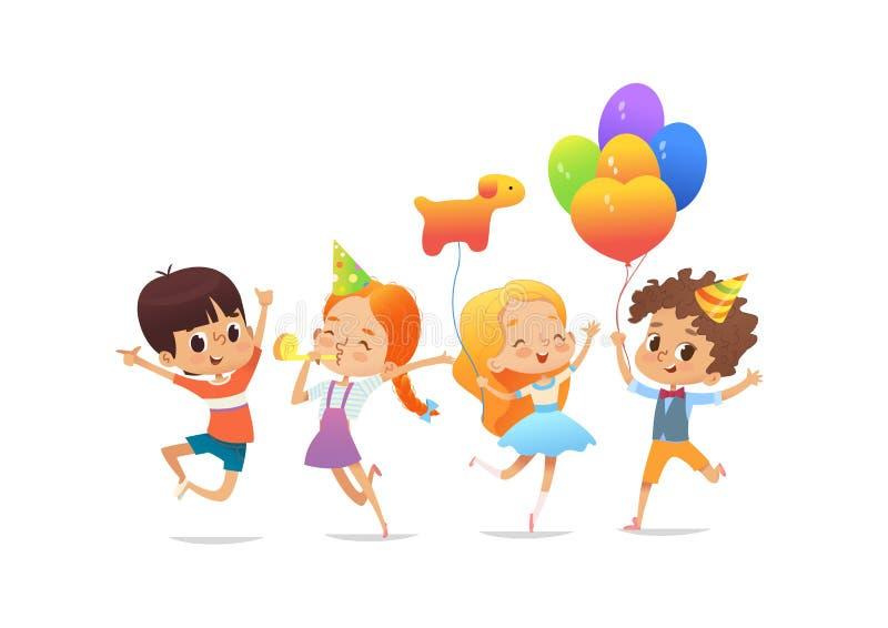 Glückliche Schulkinder mit den Ballonen und den Geburtstagshüten, die froh gegen weißen Hintergrund springen Zeit, für das schöne lizenzfreie abbildung