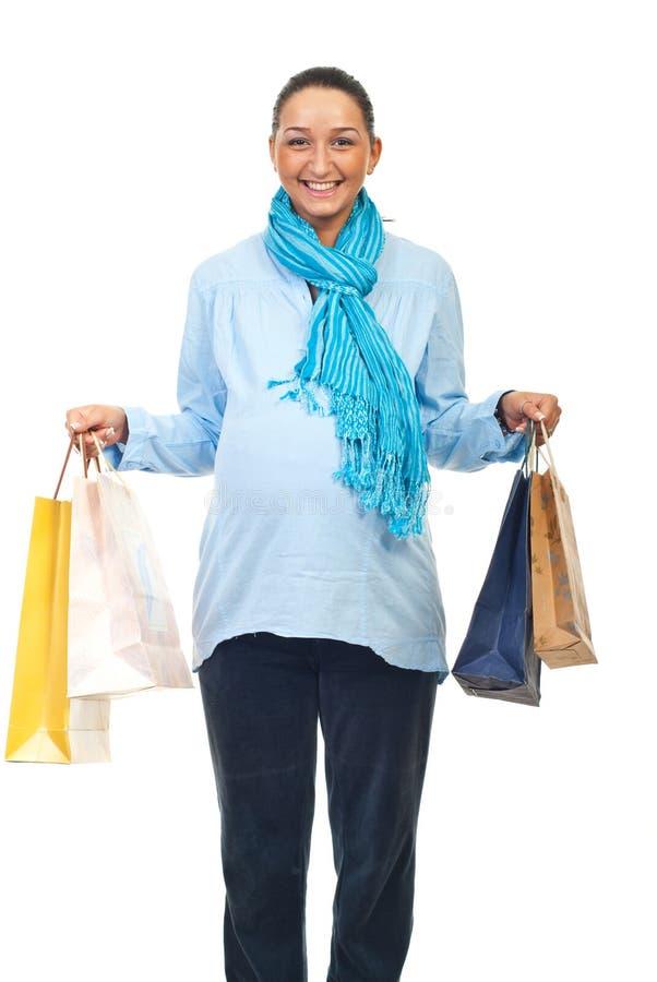Glückliche schwangere Frau mit Einkaufenbeuteln stockfotos