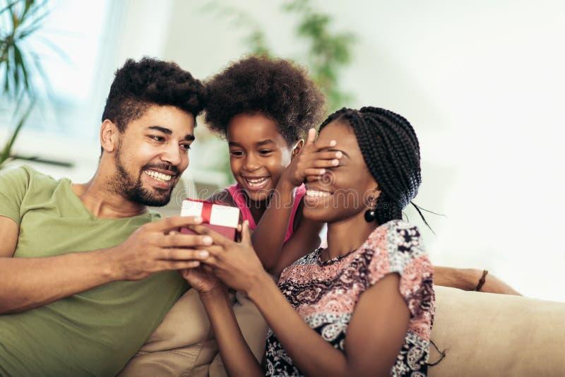 Glückliche schwarze Familie zu Hause stockbild