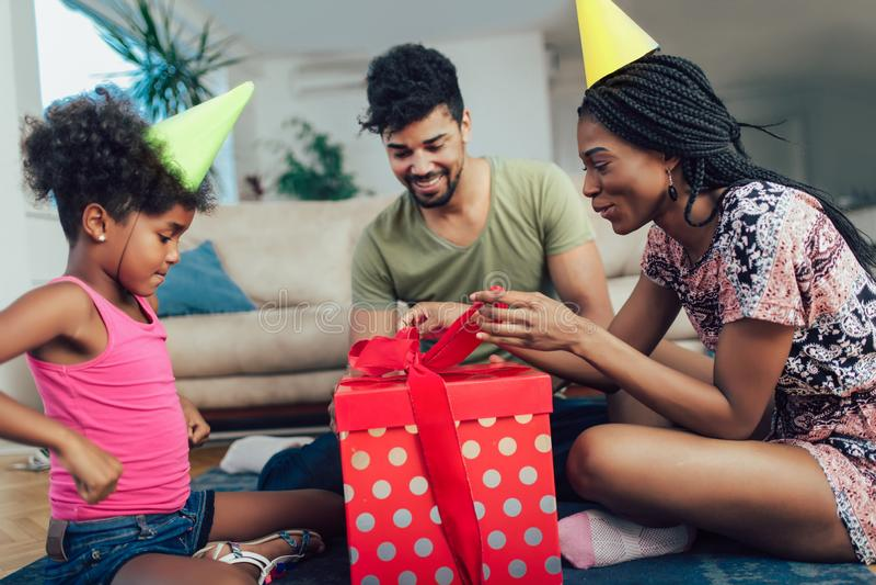 Glückliche schwarze Familie zu Hause stockfoto
