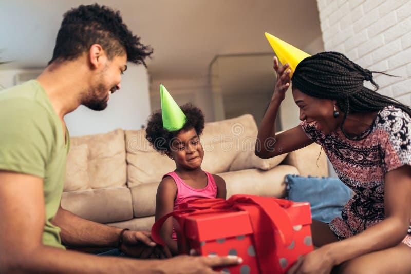 Glückliche schwarze Familie zu Hause lizenzfreies stockfoto
