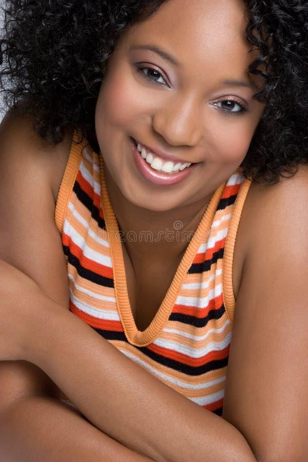 Glückliche schwarze Frau stockfoto