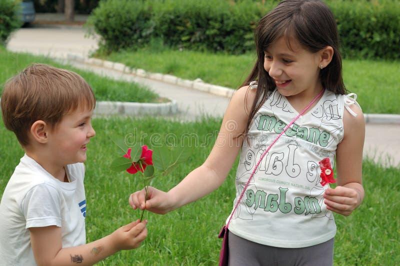 Glückliche Schwester und Bruder stockbild