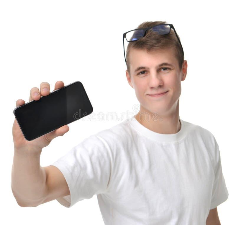 Glückliche Showanzeige des jungen Mannes des Mobilhandys mit leerem Störungsbesuch lizenzfreies stockfoto