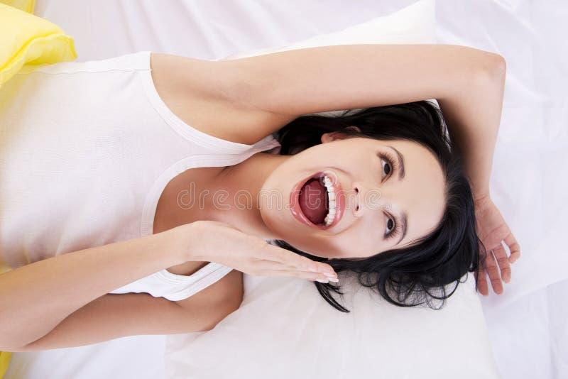 Download Glückliche Sinnliche Junge Frau, Die Im Bett Liegt Stockbild - Bild von zuhause, frisch: 27729989