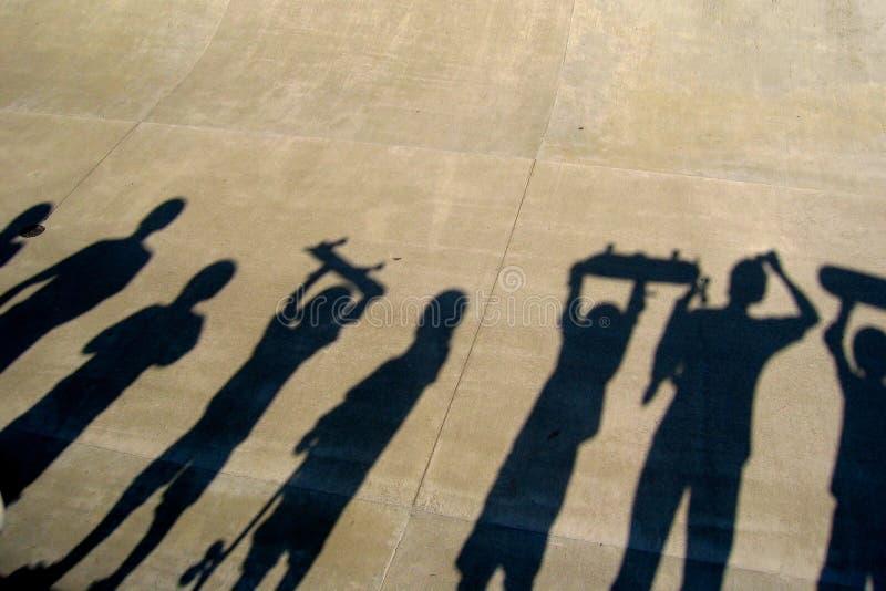 Glückliche Skateboarding Kinder stockbild