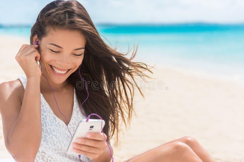 Glückliche Smartphonefrau, die Musik strömend hört stockfotografie