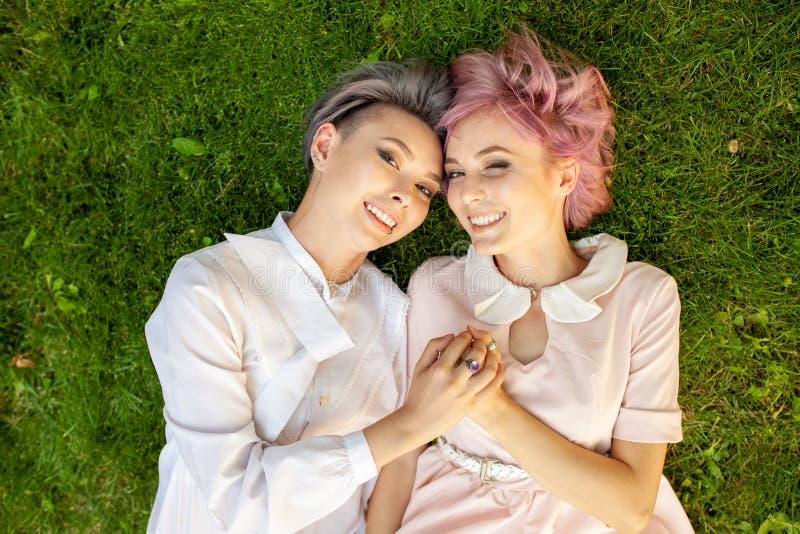 Glückliche spielerische lesbische Paare in der Liebe, die zusammen Zeit teilt lizenzfreie stockfotografie