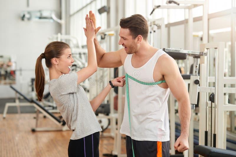 Glückliche sportliche Paare, die miteinander hohe fünf geben lizenzfreies stockfoto