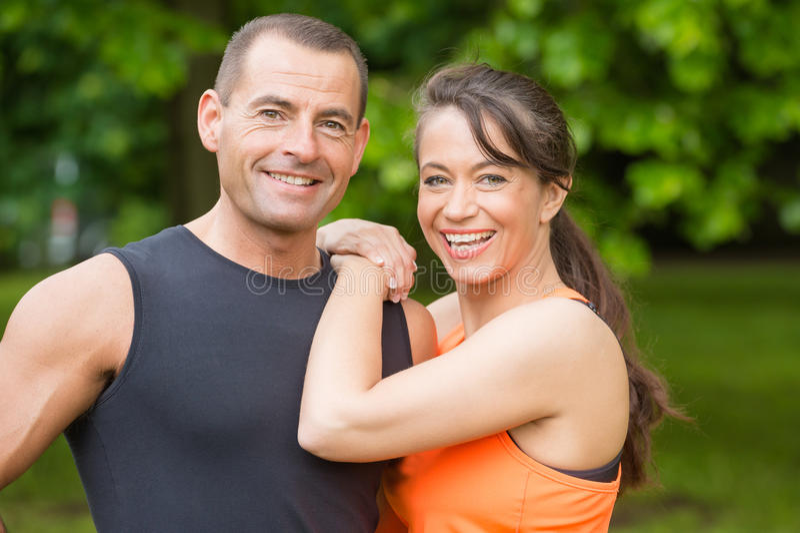 Glückliche Sportpaare lizenzfreie stockbilder