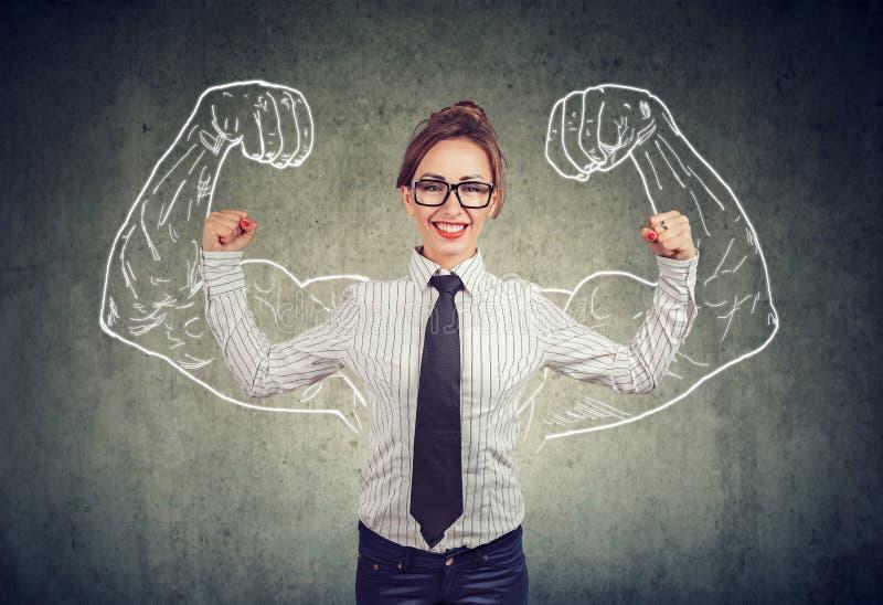 Glückliche starke junge Geschäftsfrau stockbild