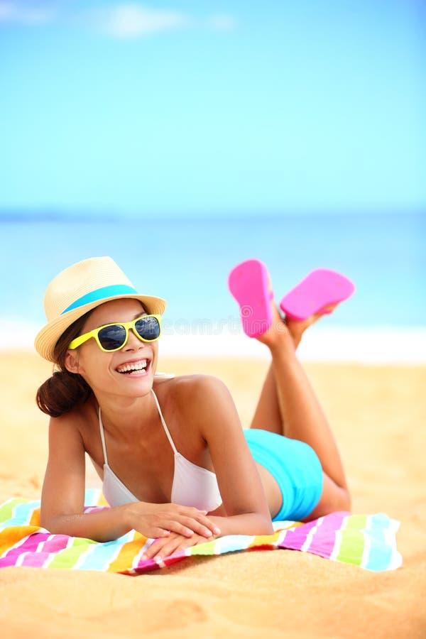Glückliche Strandfrau, die Spaß habend lacht lizenzfreie stockfotos