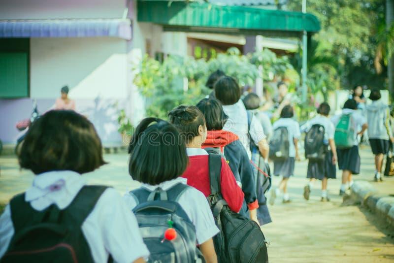 Glückliche Studenten, die Spaß auf der Straße nach der Schule haben stockfoto