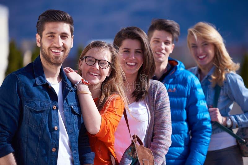 Glückliche Studentengruppe lizenzfreies stockfoto