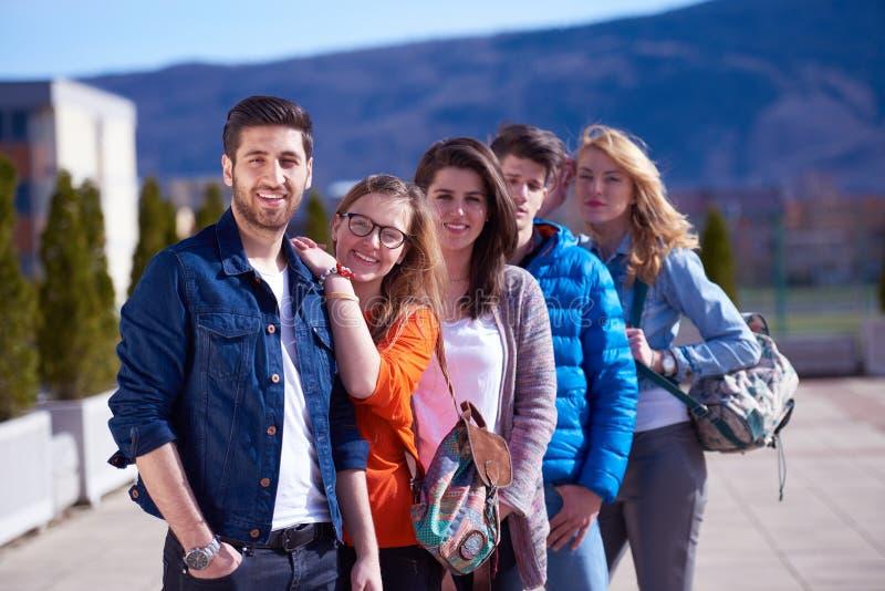 Glückliche Studentengruppe lizenzfreie stockfotos