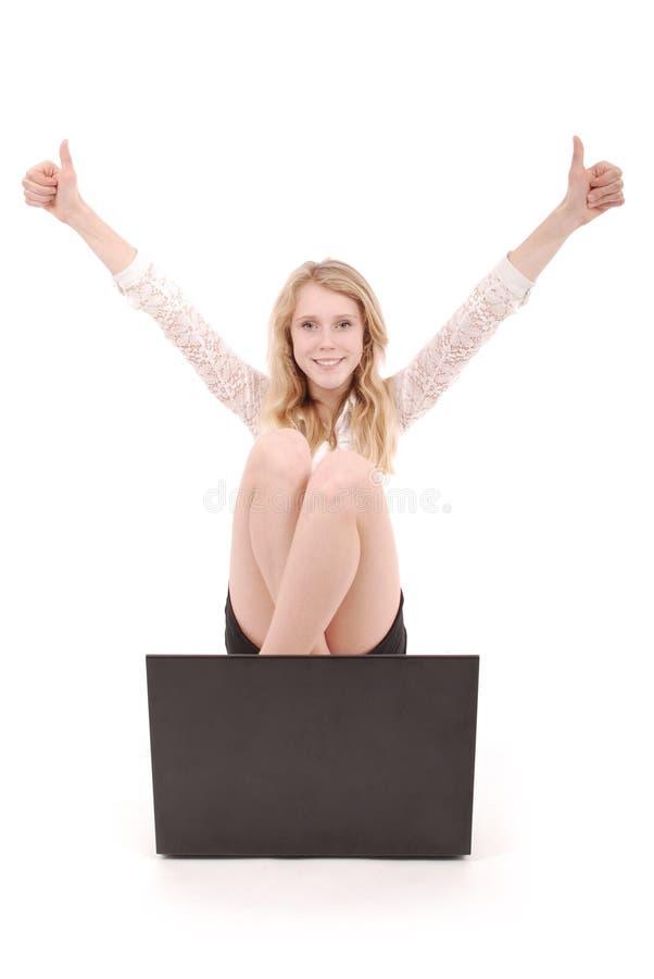 Glückliche Studentenjugendliche mit dem Laptop, der Daumen hochhält lizenzfreies stockfoto