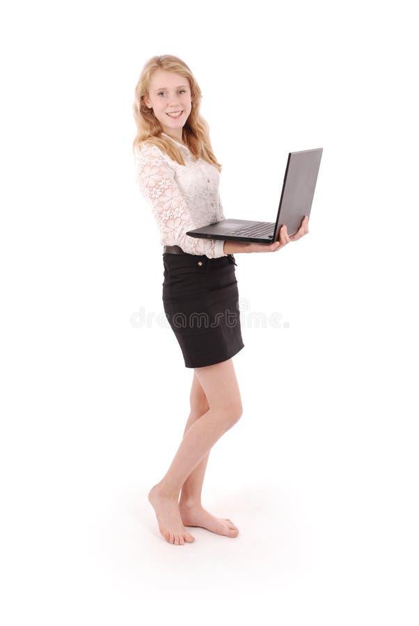 Glückliche Studentenjugendliche mit Laptop stockfotografie