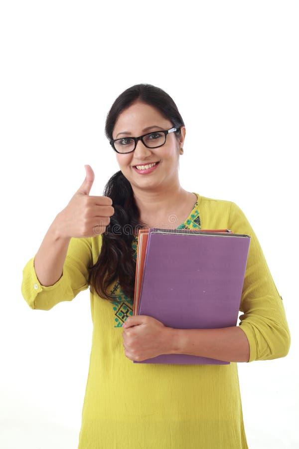 Glückliche Studentin, die Lehrbuch hält lizenzfreies stockbild