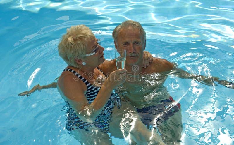Glückliche Stunde im Pool lizenzfreie stockfotos