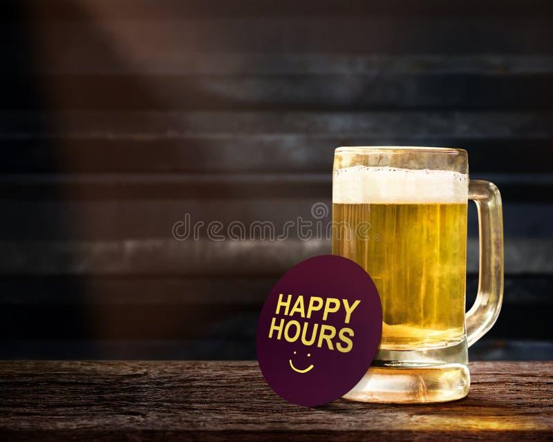 Glückliche Stunden fördernde Konzept- Glas Bier auf dem hölzernen Vorsprung lizenzfreie stockfotos