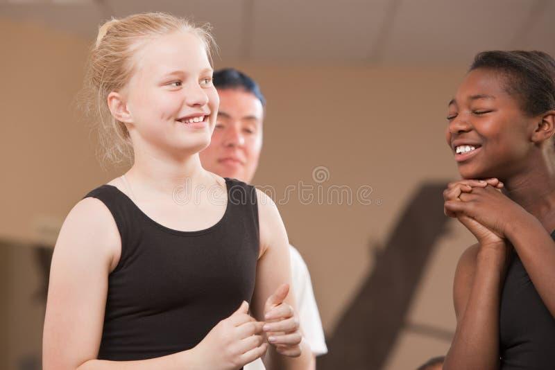 Glückliche Tanz-Kursteilnehmer stockfotos