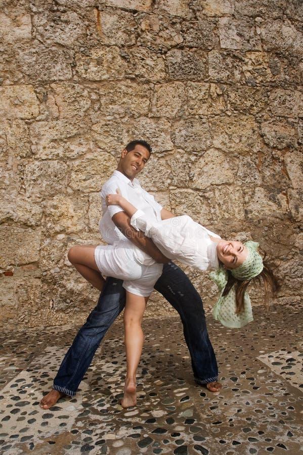 Glückliche Tanzenpaare stockfoto