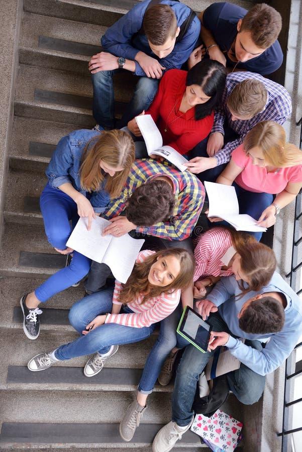 Glückliche Teenagergruppe in der Schule stockfoto