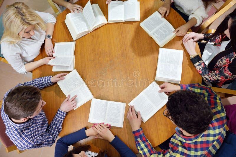 Glückliche Teenagergruppe in der Schule stockbild
