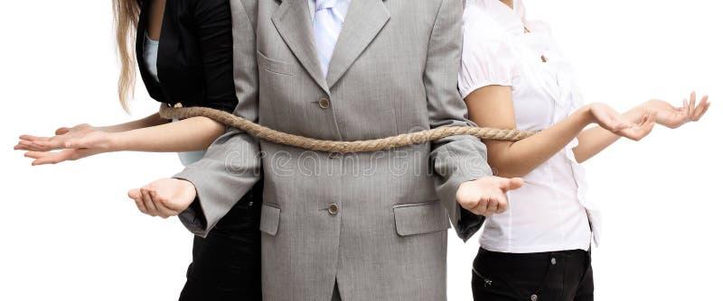 Glückliche Teilhaber, die am Arbeitsplatz sich umfassen lizenzfreie stockfotos