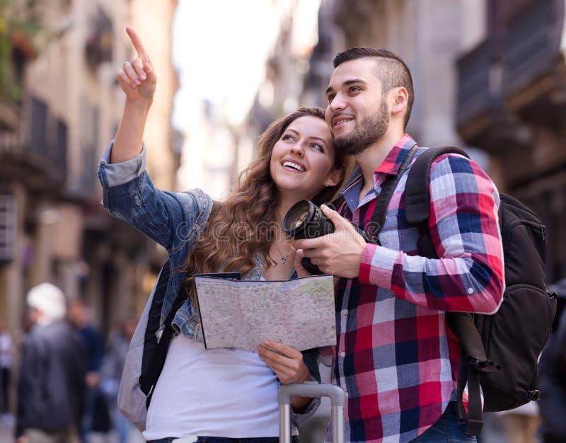 Glückliche Touristen auf Exkursion lizenzfreie stockfotografie