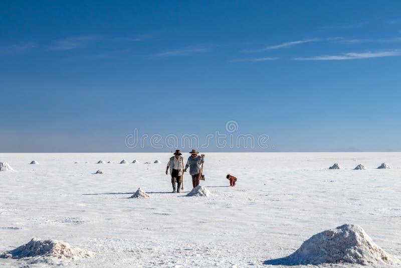 Glückliche Touristen genießen Jeepausflugtätigkeiten in den Salzebenen Salar de Uyuni in Bolivien stockfotografie