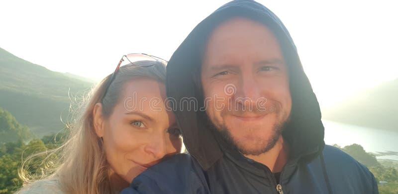 Glückliche touristische Paare, die selfie Foto in Bali machen lizenzfreie stockbilder