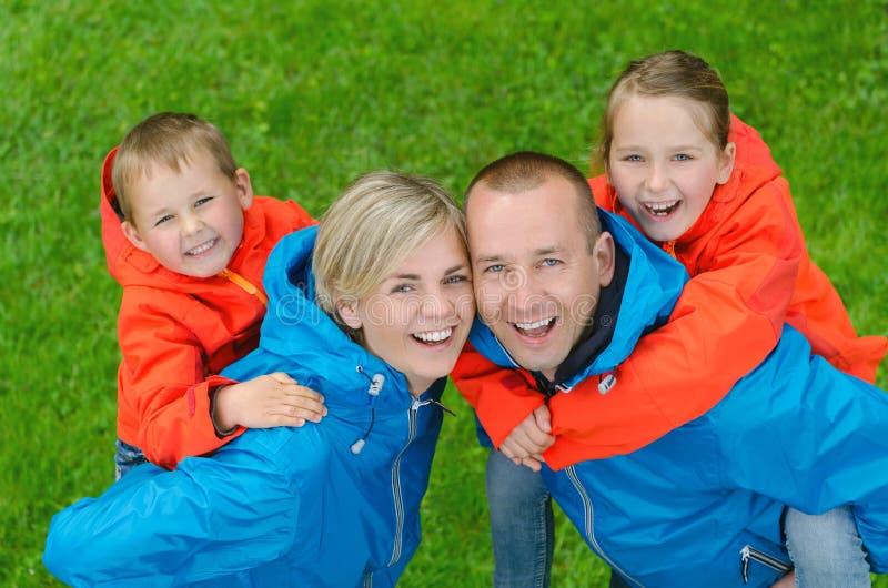 Glückliche und bunte Familie des Porträts stockbild