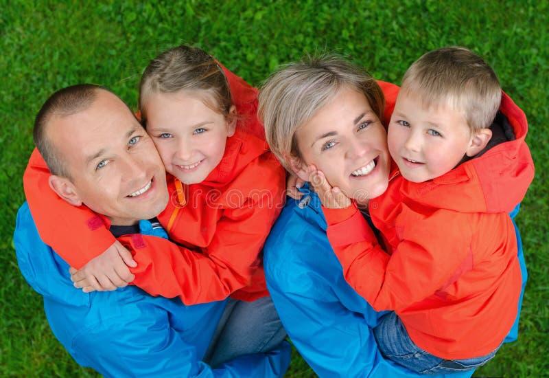 Glückliche und bunte Familie des Porträts stockfotografie