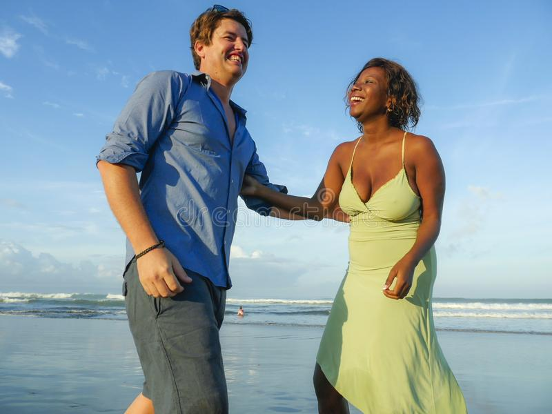 Glückliche und romantische Mischrassepaare mit attraktiver schwarzer afroer-amerikanisch Frau und weißen dem Mann, die auf dem St lizenzfreie stockfotografie