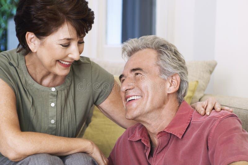 Glückliche und romantische Mitte gealterte Paare lizenzfreie stockbilder