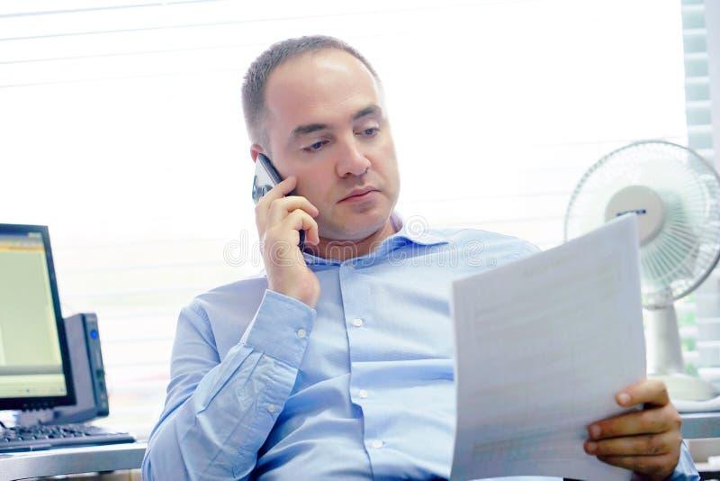 Glückliche Unternehmermänner, die gute Nachrichten in einem Buchstaben in den offes lesen stockbilder
