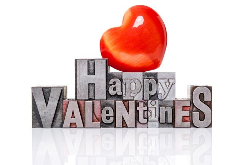 Glückliche Valentinsgrüße im alten Briefbeschwerer mit rotem Herzen. stockbild